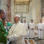 Coroinha muçulmano com o Papa: juntos podemos rezar uns pelos outros