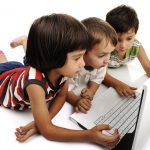 Pais devem acompanhar o acesso de crianças à internet, alertam especialistas
