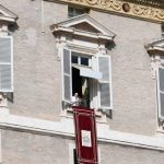 Papa no Angelus: o amor ao próximo é chamado também de caridade fraterna